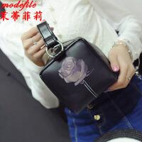 茉蒂菲莉 化妆包 女士新款简约手提迷你复古斜挎包满额减女式韩版休闲学生玫瑰花箱式包
