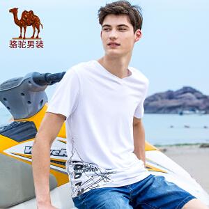 骆驼男装 夏季新款印花主题时尚青春V领修身微弹短袖T恤衫