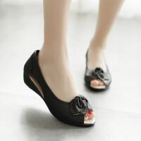 妈妈凉鞋女夏季中年凉鞋真皮平底中跟老人凉鞋舒适鱼嘴坡跟中老年