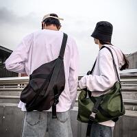男士�渭绨�街�^潮流挎包女百搭斜挎背包��性嘻哈包包