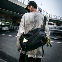 大容量男士斜挎包街头潮流个性单肩包女工装机能背包