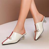 包头半拖鞋女19夏尖头金属马衔扣中跟异型透明跟凉拖鞋米白色百搭