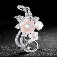 女胸花朵仿珍珠胸针女时尚水晶胸针徽章外套别针扣