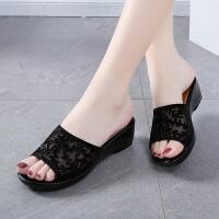 大东同款同款夏季女鞋妈妈拖鞋外穿时尚坡跟平底中老年女士凉拖鞋