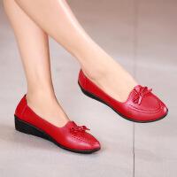 春秋季中年女鞋妈妈鞋软底中老年休闲皮鞋工作鞋坡跟浅口百搭单鞋 红色 B02