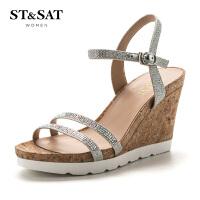 【满99减30】星期六(ST&SAT) 专柜同款羊皮革/格利特一字带坡跟凉鞋SS72115625