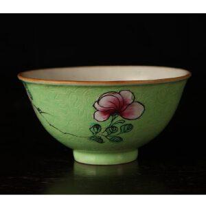 清乾隆 绿地粉彩花卉纹轧道碗