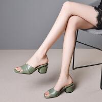 野�D品牌女鞋夏外穿�鐾吓�新款粉色黑色中跟拖鞋女�r尚粗跟�~嘴托鞋夏季真皮�鲂�大�a41-45