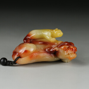 寿山老性巧色三彩芙蓉石 精雕子母兽手件 p2079