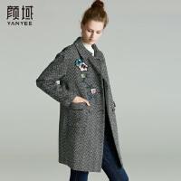 颜域品牌女装2017冬季新品娃娃领加厚格纹绣花毛呢外套中长款大衣